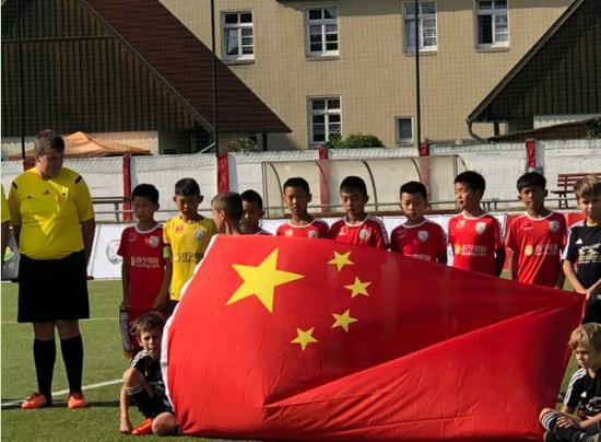 中国足球小将征服德国!完胜多特蒙德勇夺挑战赛冠军