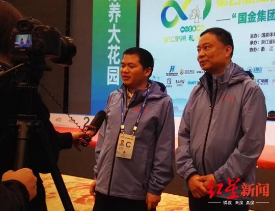 ▲赵攀伟和李艾东批准采访