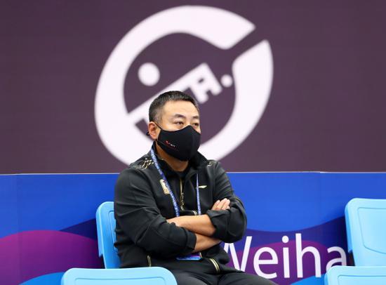 中国乒协主席刘国梁在场边观赛。新华社记者王东震摄