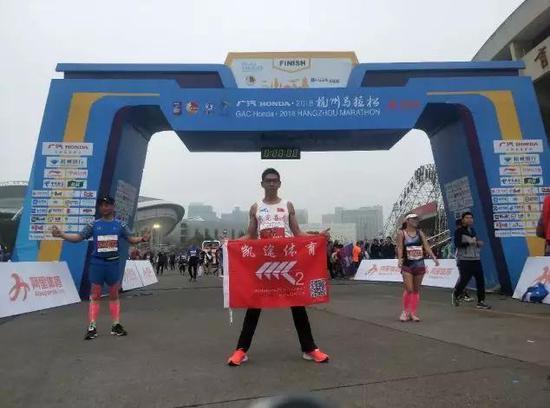 周双喜是江西九江人,在一家马拉松俱乐部工作。跑马拉松已经有9年时间了。