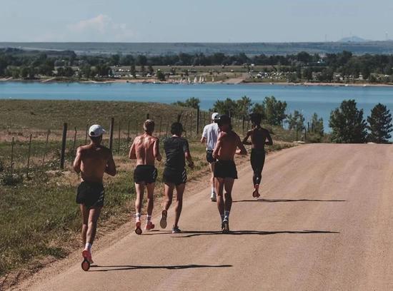 高温天气下的跑步训练及时补水最为关键