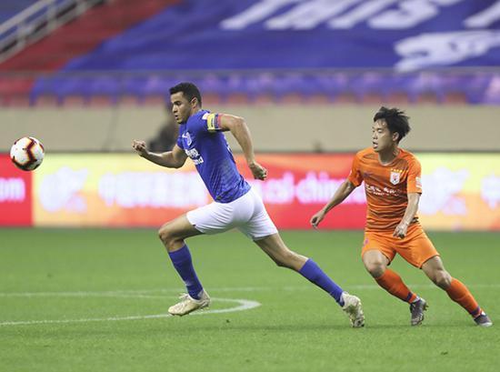 上海绿地申花队球员莫雷诺(左)在比赛中拼抢。