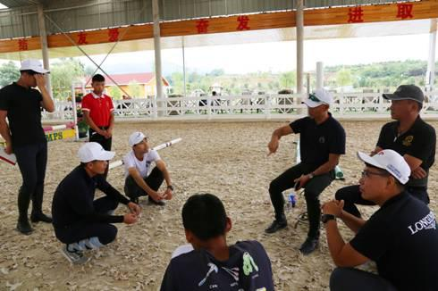 图:中国铁建马术青训营成都第二站,李振强和学员交流马术技巧