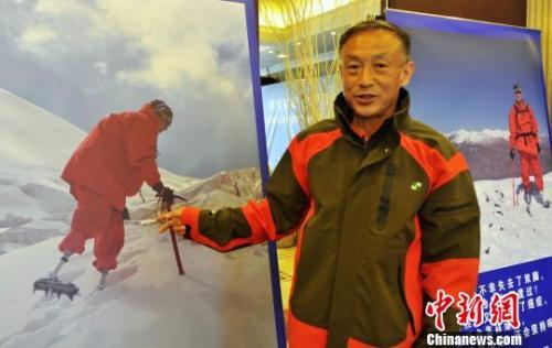 资料图:夏伯渝39年后重新踏上冲击珠峰之路。中新社发 徐冬冬 摄