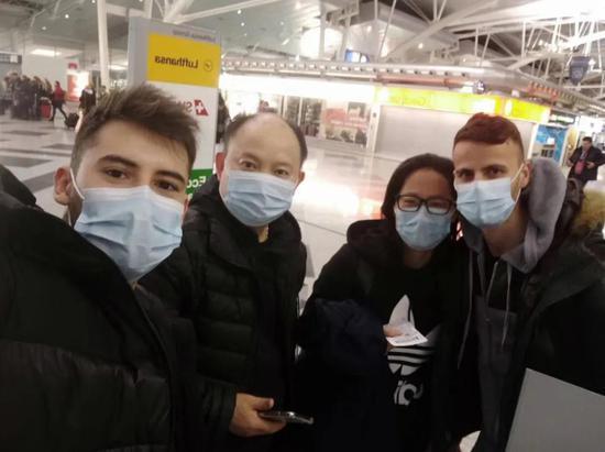 孔国平(左二)和葡萄牙国家队队员离开国家训练中心,在机场合影。