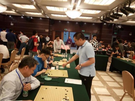 世界冠军陈耀烨九段下指导棋