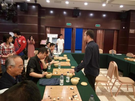 世界冠军唐韦星九段下指导棋