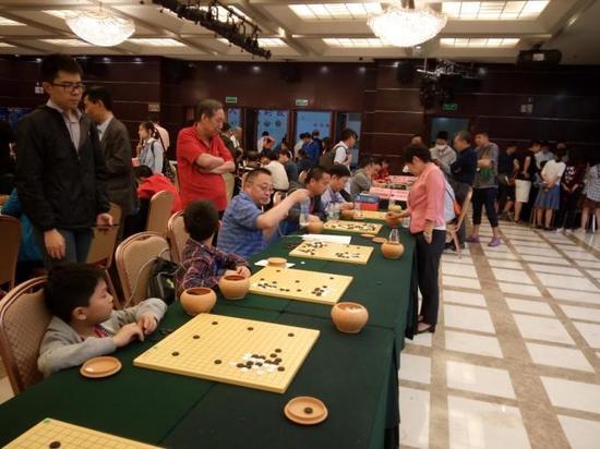 国家围棋队领队华学明下指导棋