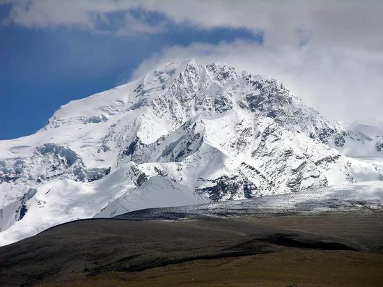 遥看希夏邦马峰。图片来源:mountainsoftravelphotos.com