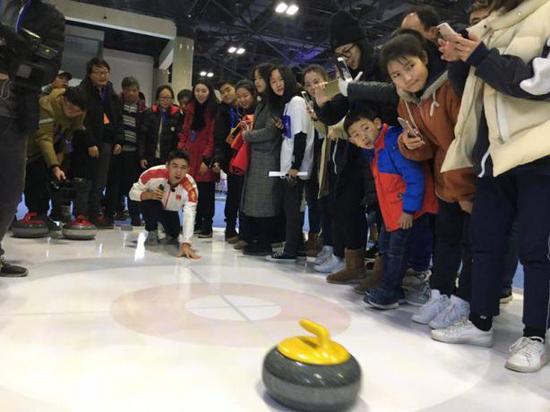 武大靖在大会现场体验冰壶行动