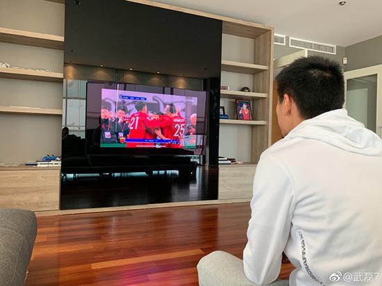 武磊在家中观看上港队亚冠。