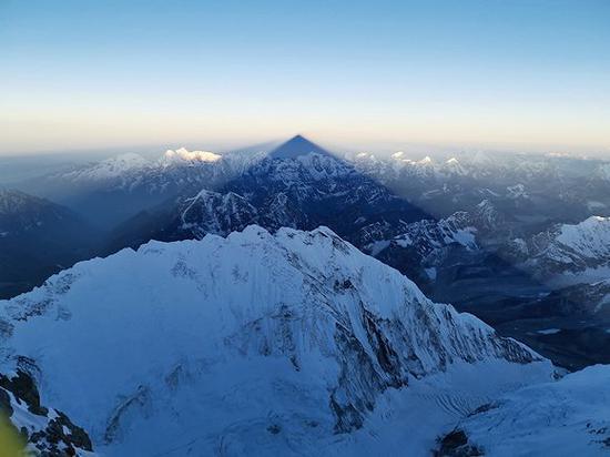 珠峰巅峰的金字塔投影。(图片来源:刘雨曈)
