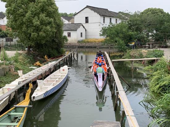 他们的训练场地是一条窄窄的河道。