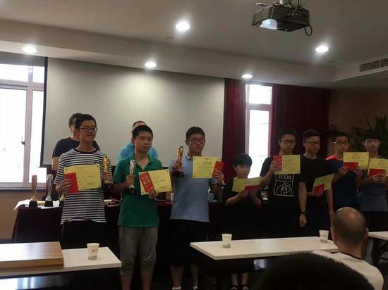 徐嘉骜(左一)在丽水市智力运动会围棋项目中夺冠