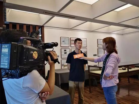 教练汪涛接受媒体采访