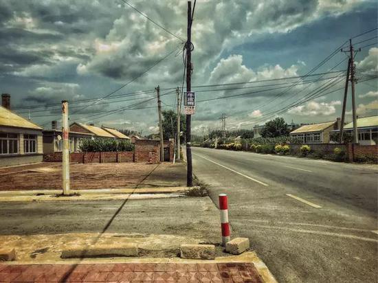饭后缓走,天空却飘来一阵雨,路边幼店逃避一会阳光就又鲜艳首来……