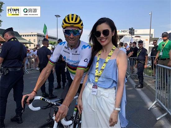 图注:刘语熙在第16赛段现场与来自移动之星车队的世界冠军巴尔维德亲昵互动