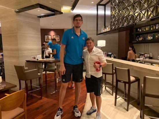斯托伊科维奇与塞尔维亚篮球運動萿動员合影