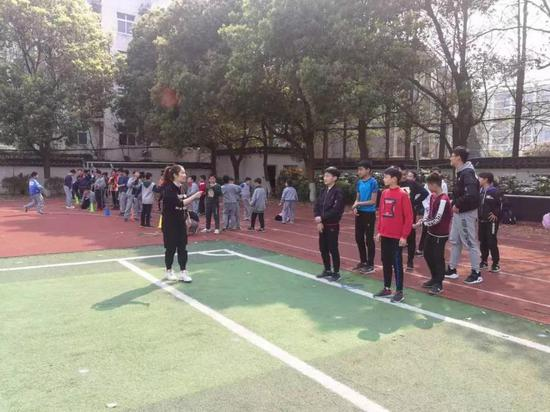 南京铁心桥幼学外聘的先生在上体育课