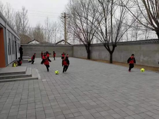 河北滦平路南营幼学教学点孩子们的活动场地,该校只有一个全科先生