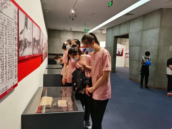 """江苏女排封闭集训五月首""""出游"""" 参观战役纪念馆"""