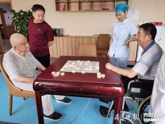 爱象棋爱运动 89岁老人养老机构里的晚年生活