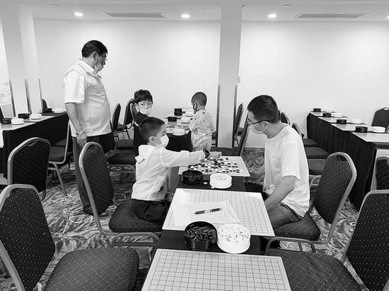 晚报杯资格赛棋手实力强劲 227人升级85人跳级