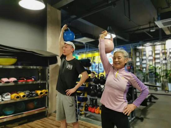 70岁奶奶健身练出马甲线:能动一天就动一天