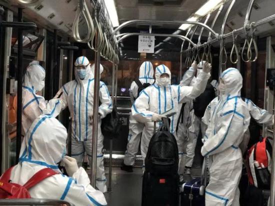 中国体操队身着防护服回国:不会为了面子忽视防疫