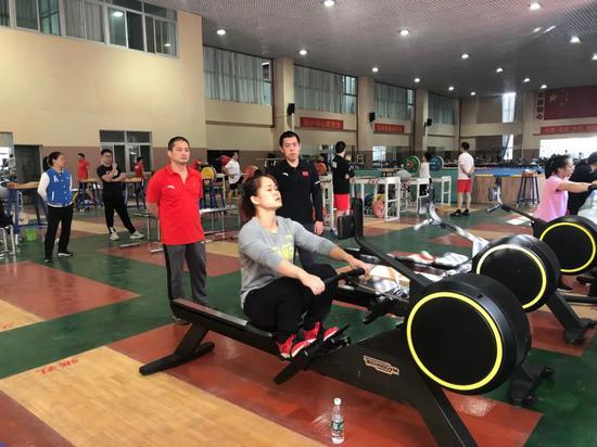 举重队一周9堂训练课 每人每天训练重量以数吨计