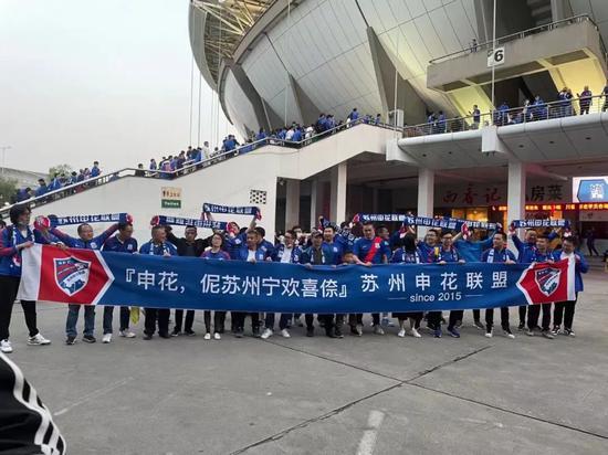当上海德比在姑苏精彩呈现时 江苏队球迷正慢慢老去