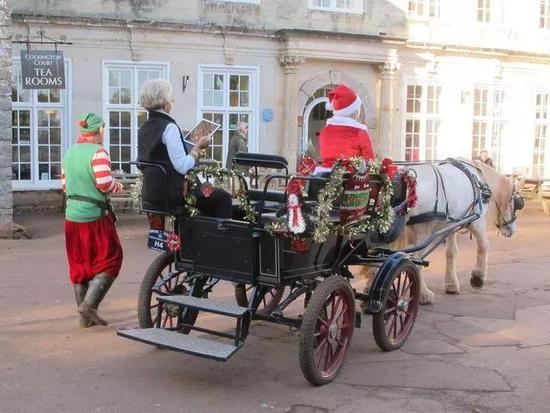 拉着圣诞老人的马