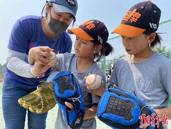 42个贫苦孩子走出大山 她们是国内首支彝族棒球队