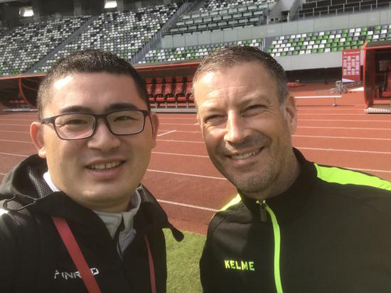 刘奕去年参与中乙联赛的接待工作,与前英超名哨克拉滕伯格合影。