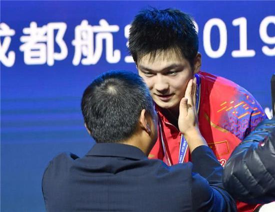 刘国梁拍了拍樊振东的脸。