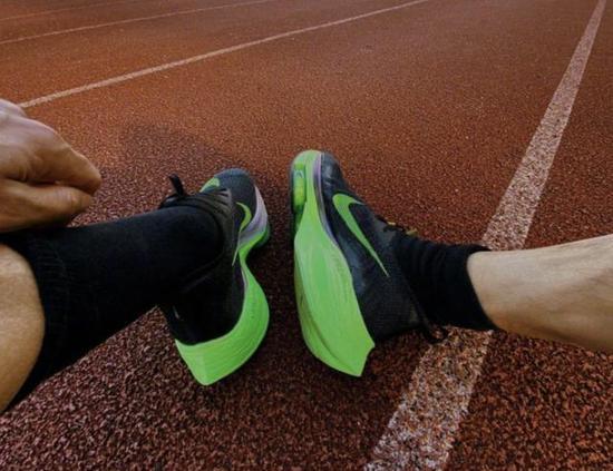韩寒跑出业余圈顶级配速 脚踏马拉松第一人同款跑鞋
