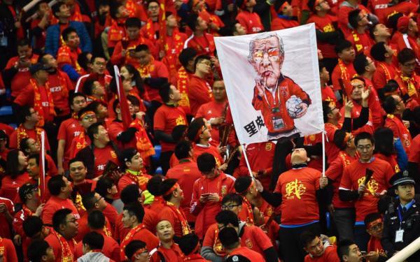 球迷打出里皮巨幅海报。