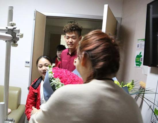 深圳球迷代表看望向柏旭:我们等着你回来