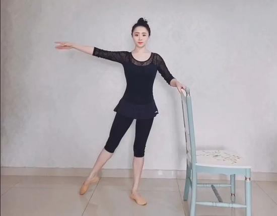线上线下健身——体育舞蹈学生 现场教学纠正动作