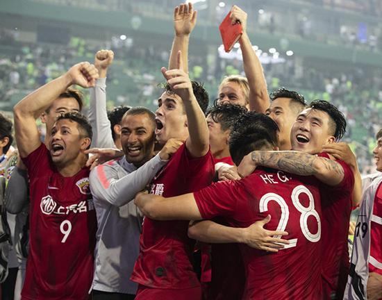 上港全队庆祝晋级。