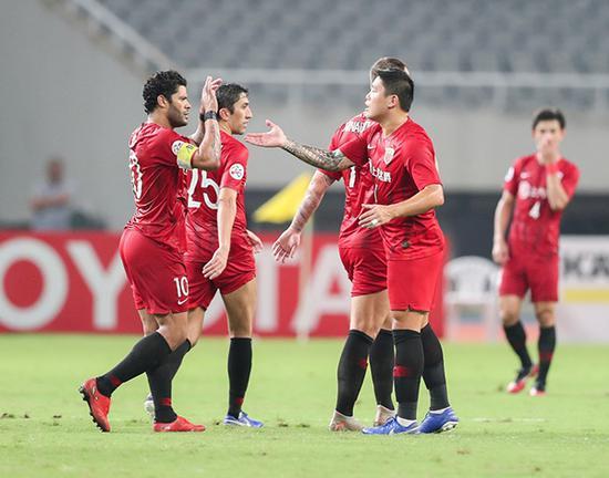 胡尔克(左一)进球后与队友庆祝。