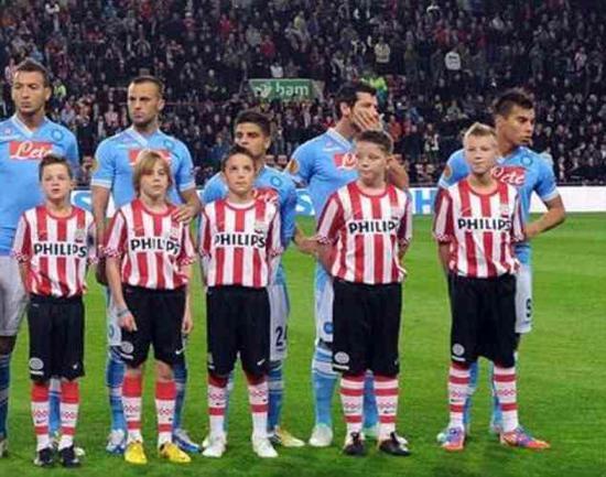 在同都灵的比赛中,因西涅又被分配到一名和他一样高的球童。