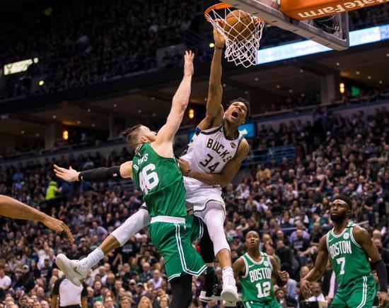 凶殘至極!48張灌籃圖告訴你希臘怪物最兇狠的一面,防守者在他面前形同虛設!-籃球圈