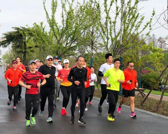 69岁王石南京玄武湖晨跑5公里 平