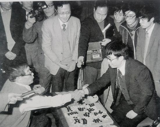1984年11月20日,第一届中日围棋擂台赛第15局,聂卫平胜藤泽秀行,中国队取得胜利。开启中华大地围棋热潮。