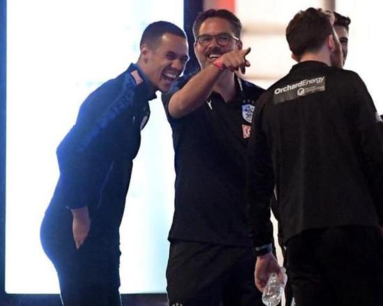 瓦格纳(左二)与球员们一同庆祝