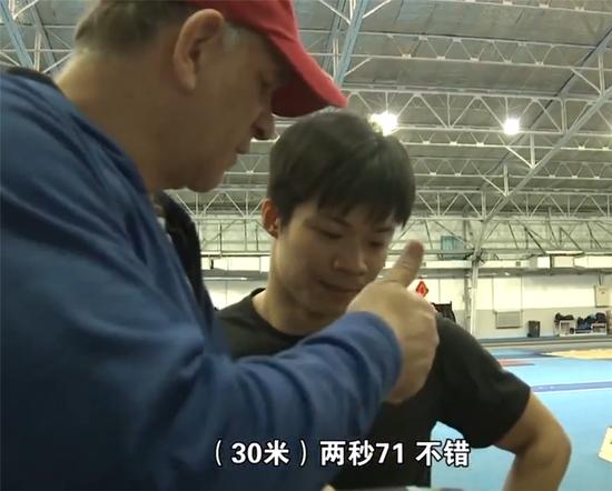 图说:外籍教练亨廷顿在和苏炳增交流训练内容。