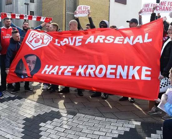"""阿森纳球迷打出""""热爱阿森纳,反对克伦克""""的标语。"""