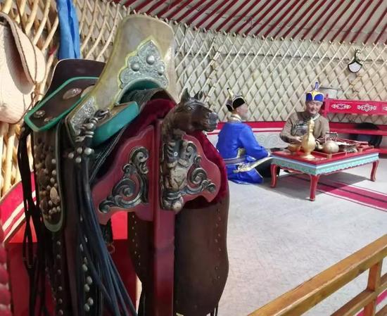 呼市白塔机场陈列hg0088官网蒙古族生活场景,马鞍是蒙元文化hg0088官网主要构成片面。