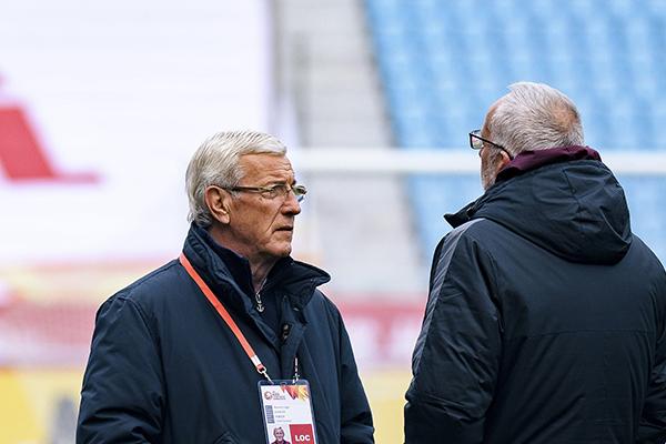 2018年1月8日,江苏常州,2018中国U23亚洲杯小组赛备战,里皮与马达洛尼交流。